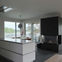 Helsingin Marjaniemessä sijaitseva paritalon taloautomaatio on minimalistinen ja elegantti, kuten myös talon sisustus.